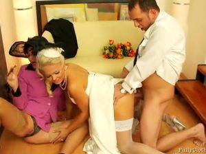 Новоиспеченный муж трахает жену и тещу прямо после свадьбы