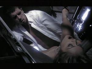 Красивый классический секс на капоте машины и в большой кровати