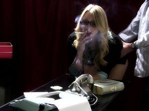 Босс шлепает по попке курящую секретаршу в очках