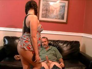 Милашка занимается сексом с папашей в отсутствие матери