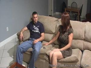 Сексуальная сестра с большими сиськами страстно сосет член брата