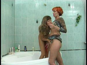 Похотливая русская мамка в ванной шалит с обнаженной дочуркой