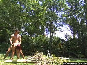 Малоопытная девушка перепихнулась с бойфрендом на лужайке