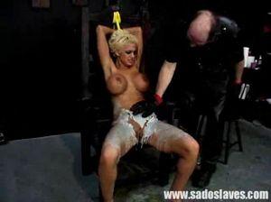 Лысый фетишист вкалывает иголки в огромную задницу пошлой блонды