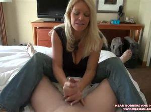 Знойная зрелая дамочка ненасытно мастурбирует твердый стояк