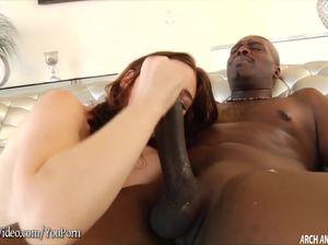 Белая задница Джоди приняла черный пенис