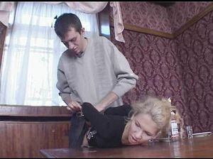 Пьяный русский кавалер жестко трахает милашку в общественном месте