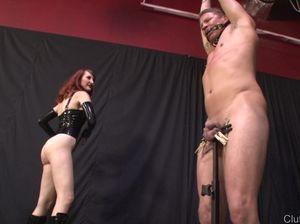 Рыжеволосая госпожа жестко издевается над голым мужиком