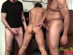 Шалунья развлекается с двумя парнями, делая шикарный минет