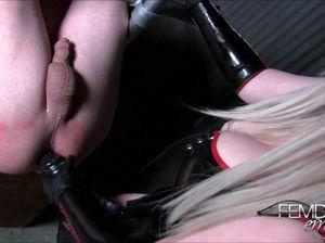 Доминирующая блонда черным страпоном ебет тугой анал мужика