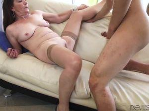 Молодой внук в жопу ебет очень старую похотливую бабулю