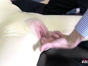 Худая девушка в латексе в роли секс куклы дает мастурбировать киску