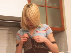 Молодуха помыла посуду и трахнула киску дилдо на кухне