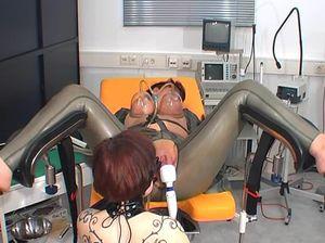 Извращенная сучка издевается над подругой с помощью помпы