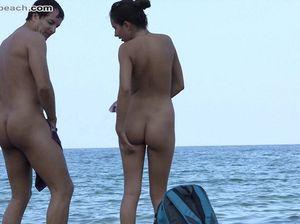 Изваращенец снимает мирно отдыхающих людей на нудистском пляже