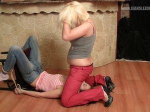 Блондинка заставила связанную сучку лизать киску через джинсы