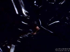 Развратная сучка в латексном костюме тащится от БДСМ