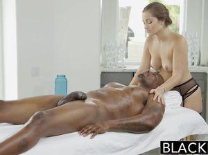 Массажистка в нижнем белье открыла киску для черного любовника