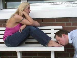 Безвольный мужчина с аппетитом вылизывает ножки зрелой домины
