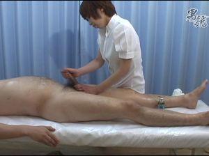 Азиатка во время массажа дрочит маленький член клиента