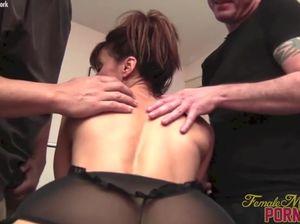 Мускулистая женщина делает минет двум мужчинам в качалке