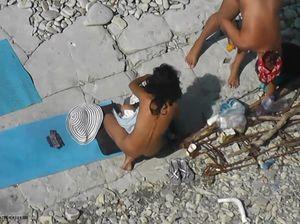 Распутные девахи загорают голыми на пляже