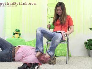 Извращенная женщина заставляет мужлана лизать ее ножки