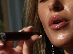 Сексапильная Nessa Devil курит и эротично позирует для фотографа