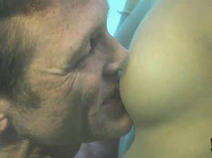 Очаровательная брюнетка отсасывает парню глубоко под водой