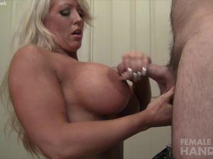Накачанная женщина мастурбирует член любовника рукой