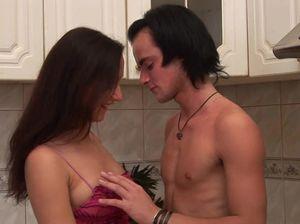 Русская молодая парочка занялась сексом прямо на кухне