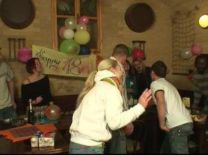 Бухие девки дают пацану трахнуть их в анал на вечеринке