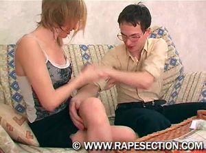 Очкастый хлюпик доминирует и трахает анал молодой девушки