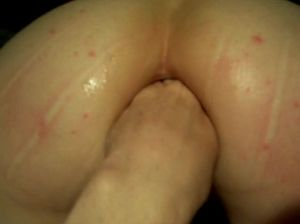 Домашний фистинг в большую прыщавую задницу женушки