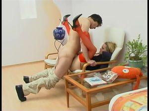 Самец разбудил блондинку кунилингусом и затем отъебал ее киску