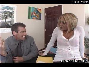 Секретарша соснула своему начальнику у него в кабинете