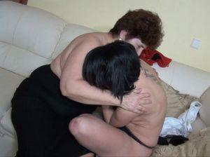 Толстуха занимается лесбийским сексом с молоденькой девушкой