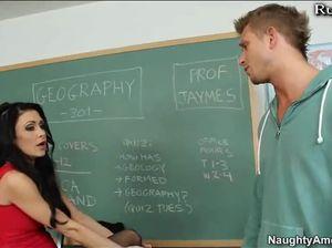 Резвый ученик трахнул похотливую учительницу