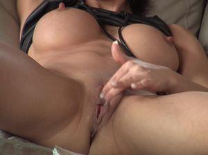 Минди трясет красивой грудью и мастурбирует сама