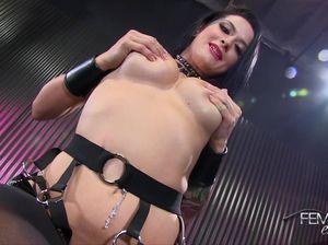 Соблазнительная госпожа демонстрирует сексуальное превосходное тело