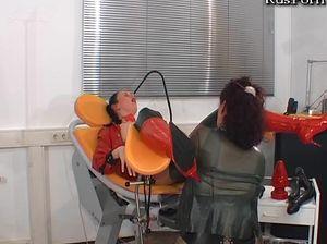 Извращенка мастурбирует в гинекологическом кресле