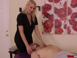 Блондинка мастурбирует член рукой обездвиженному парню