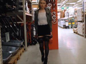 Девушка в супермаркете мастурбирует киску разными предметами