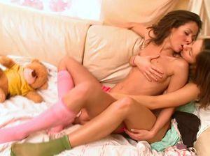 Молодые русские сучки трутся обнаженными телами на маленьком диване