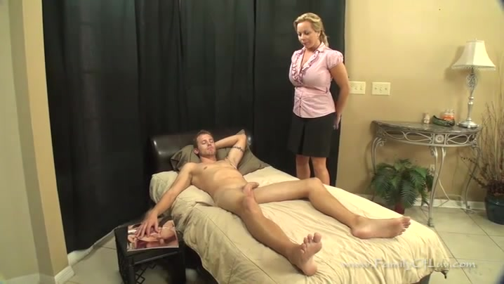 Порно с мама пришла к спящему сыну