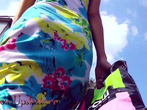Развратник следит за летней любительницей ходить без нижнего белья