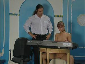 Рыженькая девка готова ради музыки на сексуальные издевательства