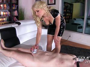 Белокурая сексапильная извращенка мастурбирует обездвиженному парню
