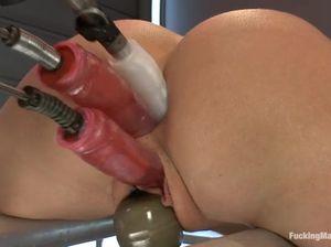 Секс машина удовлетворяет киску и анал горячей озорницы