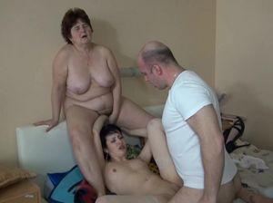Жену и толстую тещу по очереди трахает похотливый мужлан